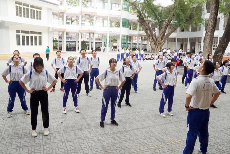 Các em học sinh Trường THCS Thành phố Bến Tre trong giờ học giáo dục thể chất.