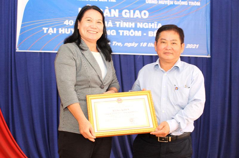 Phó chủ tịch UBND tỉnh Nguyễn Thị Bé Mười trao bằng khen cho đại diện Ban Giám đốc Công ty TNHH MTV Xăng dầu tỉnh.
