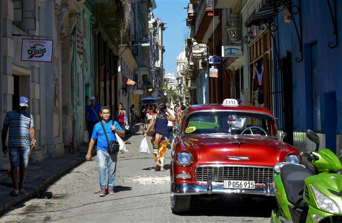 Người dân di chuyển trên đường phố tại La Habana, Cuba. Ảnh: AFP/ TTXVN