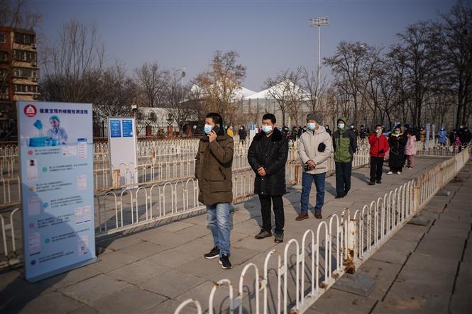 Người dân xếp hàng chờ lấy mẫu xét nghiệm COVID-19 tại Bắc Kinh, Trung Quốc ngày 20-1-2021. Ảnh: THX/TTXVN