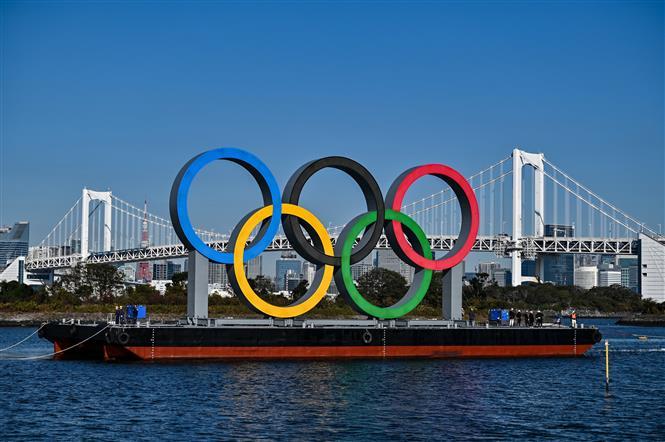 Biểu tượng của thế vận hội Olympic tại Tokyo, Nhật Bản, ngày 1-12-2020. Ảnh: AFP/TTXVN