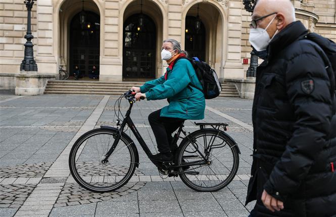 Người dân đeo khẩu trang phòng lây nhiễm COVID-19 tại Frankfurt, Đức, ngày 20-1-2021. Ảnh: THX/ TTXVN