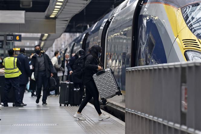 Hành khách đáp chuyến tàu của Eurostar tại nhà ga quốc tế St Pancras ở London, Anh ngày 23-12-2020. Ảnh: AFP/TTXVN