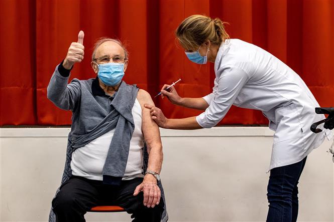 Người dân được tiêm vaccine phòng COVID-19 tại Aaltar, Hà Lan, ngày 6-1-2021. Ảnh: AFP/TTXVN