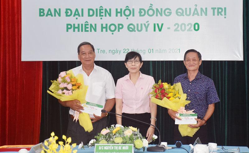 Vinh danh nguyên Phó chủ tịch UBND tỉnh Nguyễn Hữu Phước - nguyên Trưởng ban đại diện Hội đồng quản trị NHCSXH Chi nhánh tỉnh.