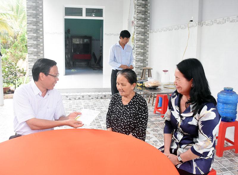 Bí thư Tỉnh ủy Phan Văn Mãi thăm gia đình chính sách tại xã Thành Thới B, huyện Mỏ Cày Nam.