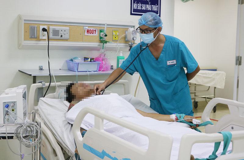 Bác sĩ Mai Thiên Chương khám, theo dõi tình trạng sức khỏe bệnh nhận tại Khoa Gây mê - Hồi sức tích cực.