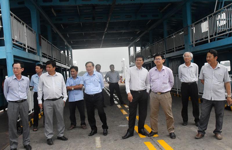 Chủ tịch UBND tỉnh Trần Ngọc Tam khảo sát xây dựng Bến phà Rạch Miễu tạm.
