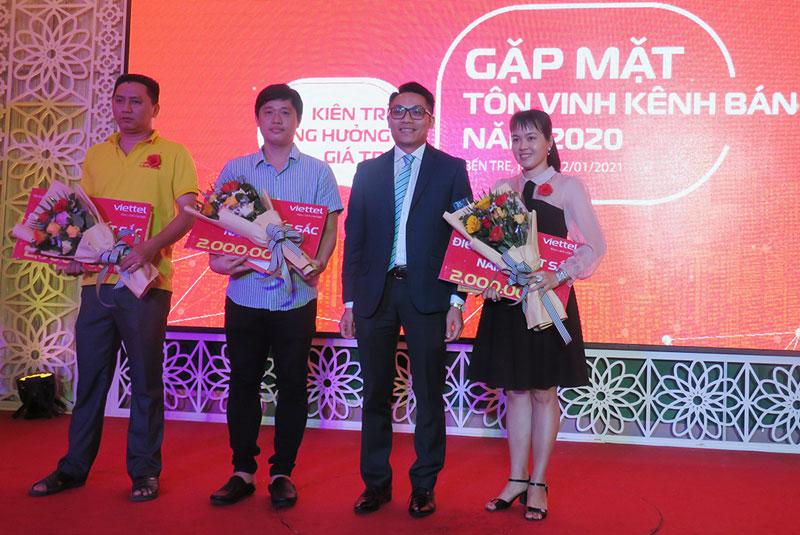 Lãnh đạo Viettel trao thưởng cho khách hàng.