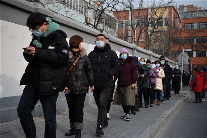 Người dân xếp hàng chờ lấy mẫu xét nghiệm COVID-19 tại Bắc Kinh, Trung Quốc ngày 22-1-2021. Ảnh: THX/TTXVN