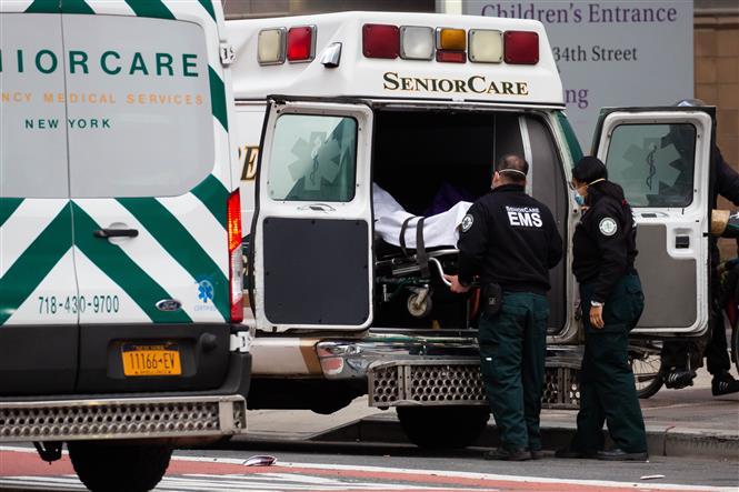 Nhân viên y tế chuyển bệnh nhân COVID-19 tới trung tâm y tế NYU Langone ở New York, Mỹ, ngày 8-1-2021. Ảnh: THX/ TTXVN