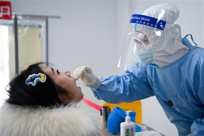 Nhân viên y tế lấy mẫu xét nghiệm COVID-19 cho người dân tại Trường Xuân, thủ phủ tỉnh Cát Lâm, Trung Quốc ngày 22-1-2021. Ảnh: THX/TTXVN