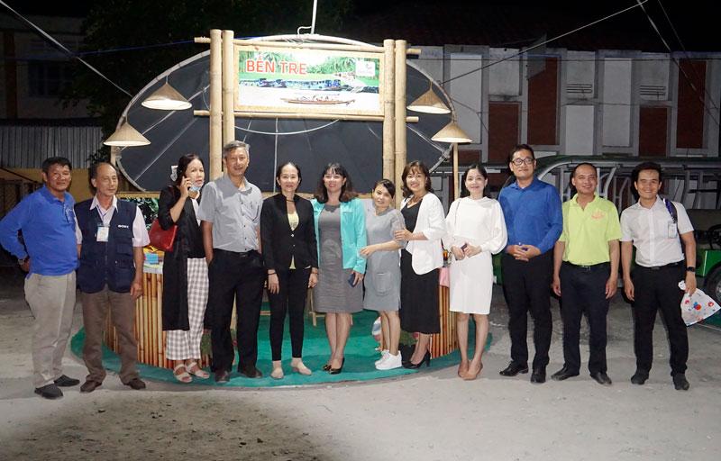 Đoàn cán bộ Bến Tre chụp ảnh tại gian hàng trưng bày sản phẩm du lịch Bến Tre tại tỉnh Đồng Tháp.