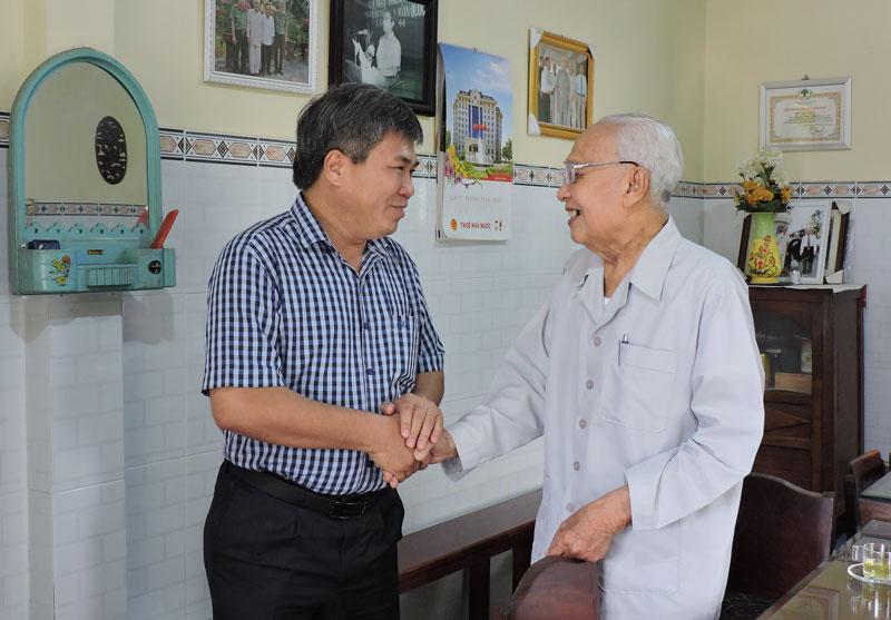 Bí thư Huyện ủy - Chủ tịch UBND huyện Dương Văn Phúc thăm, chúc Tết nguyên Bí thư Tỉnh ủy Nguyễn Xuân Kỷ.