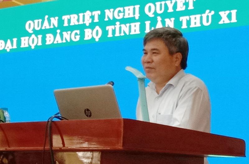 Bí thư Huyện ủy - Chủ tịch UBND huyện Dương Văn Phúc báo cáo Nghị quyết Đại hội Đảng bộ tỉnh.