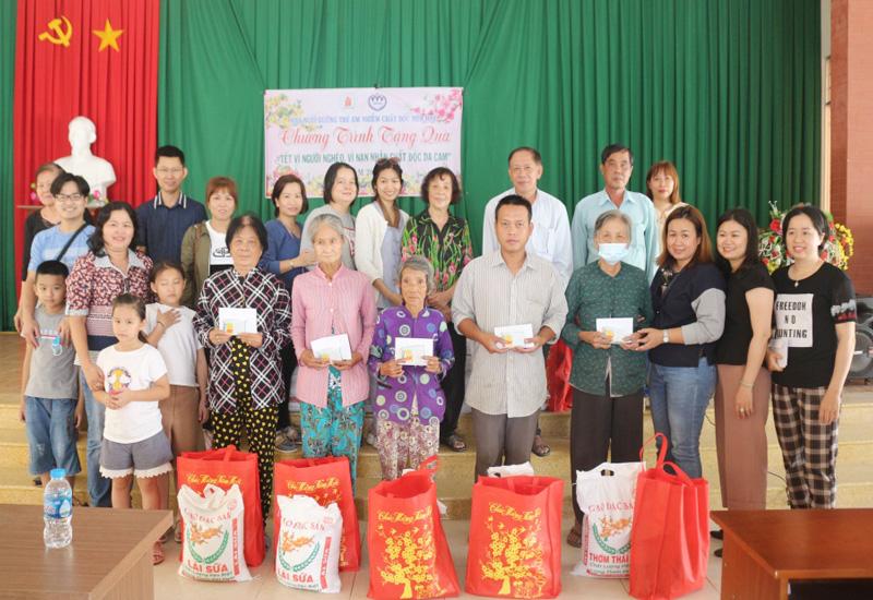 Đoàn tặng quà tại xã Sơn Đông, thành phố Bến Tre. Ảnh: Quốc Phong.