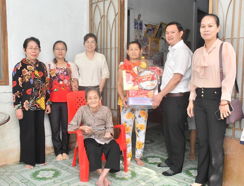 Trao quà Tết cho gia đình chính sách tại xã Hữu Định.