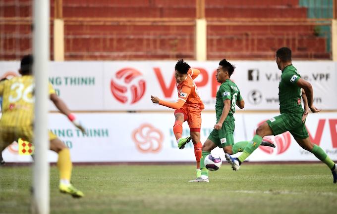 Pha tấn công của đội Bình Định trước khung thành thủ môn Văn Phong.