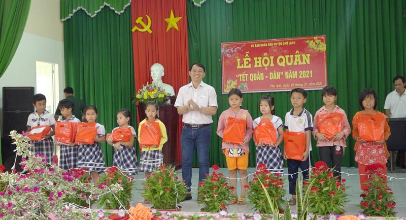 Mạnh thường quân tặng học bổng cho học sinh vượt khó của xã. Ảnh:Việt Cường.