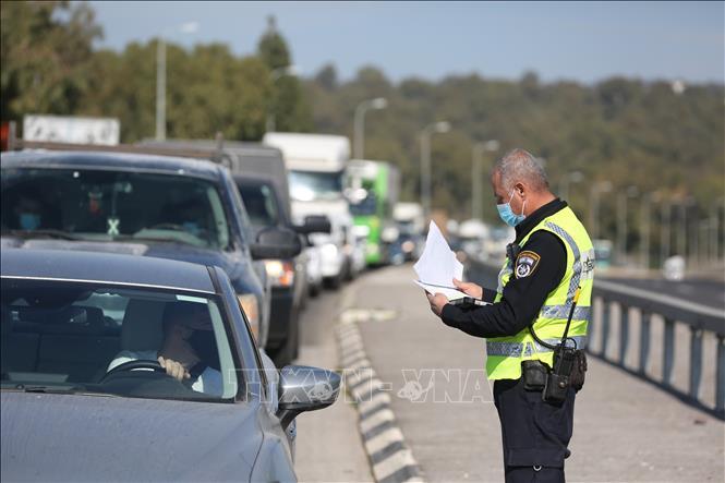 Cảnh sát kiểm tra các phương tiện tại một điểm kiểm soát ở gần Tiberias, miền bắc Israel, ngày 8-1-2021. Ảnh: THX/TTXVN
