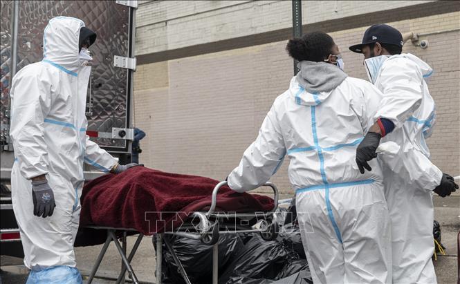 Nhân viên y tế chuyển thi thể bệnh nhân COVID-19 tại Brooklyn, New York, Mỹ. Ảnh: AFP/TTXVN