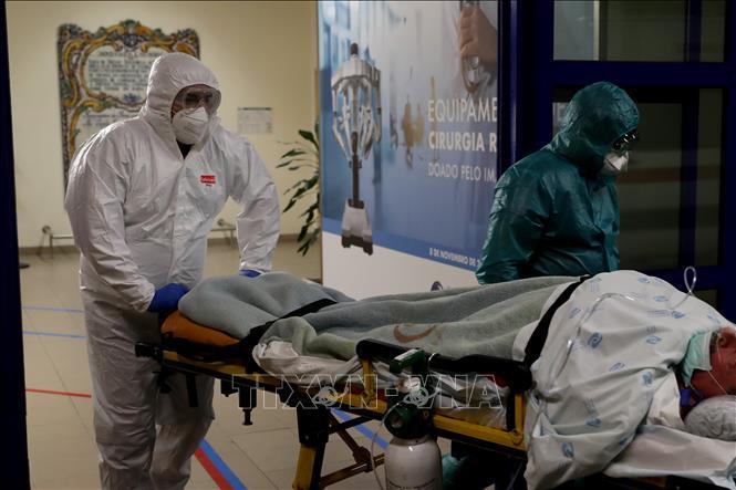 Nhân viên y tế chuyển bệnh nhân mắc COVID-19 tại một bệnh viện ở Lisbon, Bồ Đào Nha ngày 8-1-2021. Ảnh: THX/TTXVN