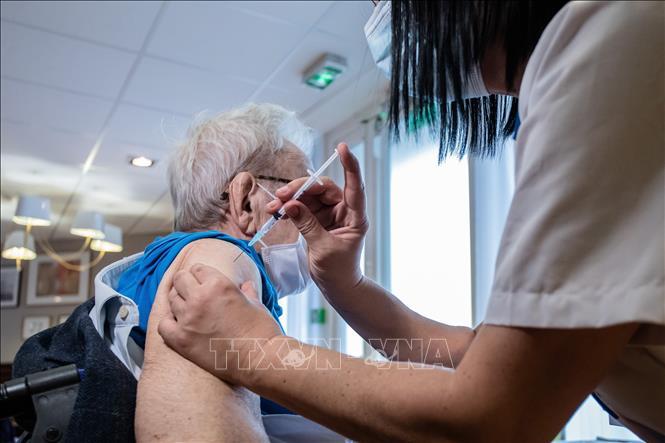 Nhân viên y tế tiêm vaccine phòng COVID-19 của Pfizer-BioNTech cho người dân tại Paris, Pháp, ngày 7-1-2021. Ảnh: THX/ TTXVN