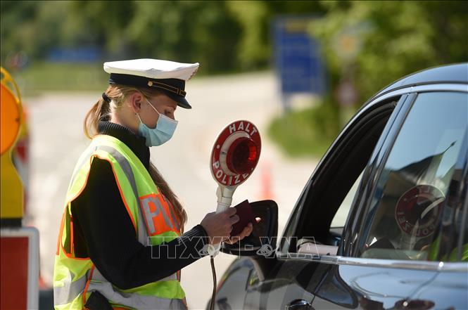 Cảnh sát kiểm tra các phương tiện tại khu vực biên giới Đức - Áo, gần làng Oberaudorf, Đức, ngày 7-5-2021. Ảnh: AFP/TTXVN