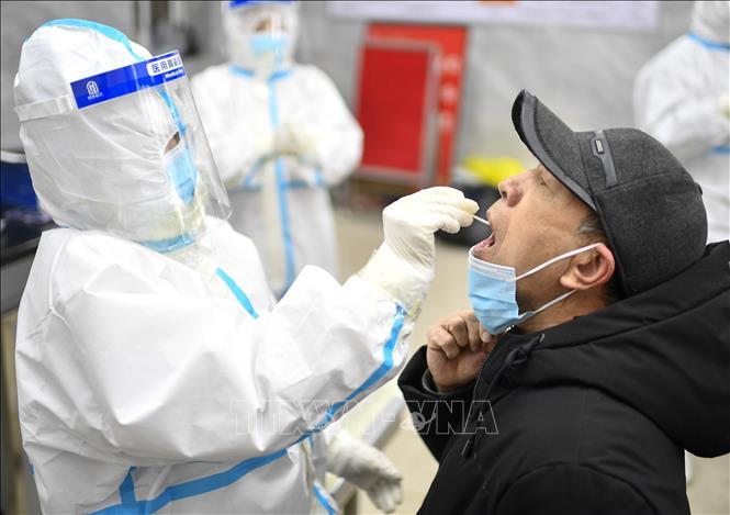 Nhân viên y tế lấy mẫu dịch xét nghiệm COVID-19 cho người dân tại tỉnh Cát Lâm, Trung Quốc, ngày 20-1-2021. Ảnh: THX/TTXVN