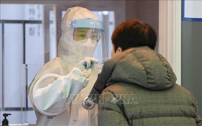 Nhân viên y tế lấy mẫu xét nghiệm COVID-19 cho người dân tại Seoul, Hàn Quốc ngày 23-1-2021. Ảnh: YONHAP/TTXVN