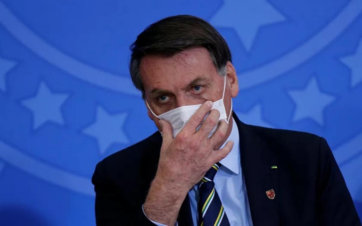 Tổng thống Brazil Bolsonaro đeo khẩu trang ngừa Covid-19. Ảnh: Reuters