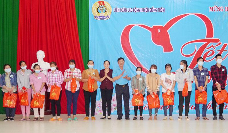 Tặng quà cho công nhân lao động. Ảnh: Nguyễn Hoàng