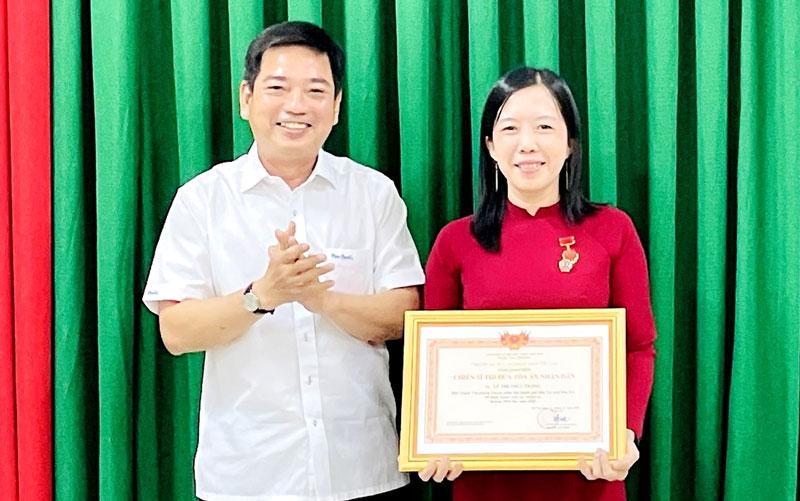 Chị Lê Thị Thùy Trang nhận danh hiệu Chiến sĩ thi đua Tòa án nhân dân. Ảnh: H. Trâm