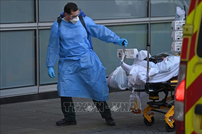 Chuyển bệnh nhân nhiễm COVID-19 tới bệnh viện ở London, Anh. Ảnh: AFP/TTXVN