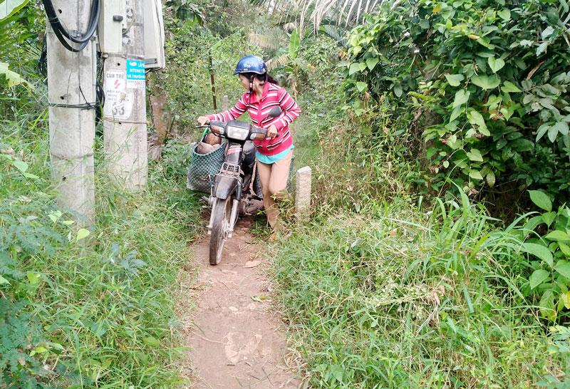 Cọc bê-tông do ông Châu Văn Nê rào chắn gây nhiều khó khăn cho đi lại, vận chuyển lương thực, hàng hóa. Ảnh: PV