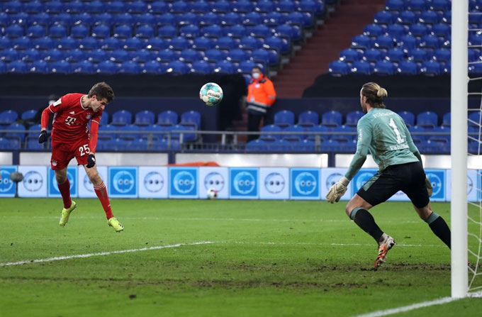 Muller mở tỷ số trận Schalker vs Bayern ở phút thứ 33
