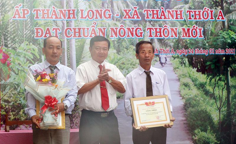 Phó chủ tịch UBND huyện Mỏ Cày Nam Nguyễn Việt Thành trao quyết định công nhận bố ấp NTM Thành Long.
