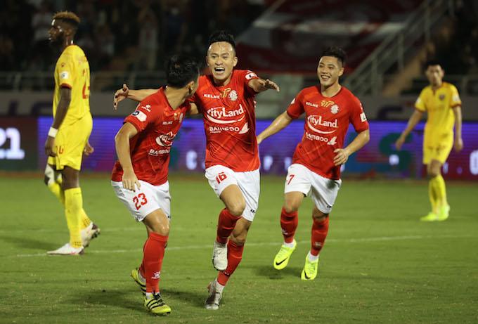 Niềm vui của Huy Toàn và đồng đội khi ghi bàn thắng.