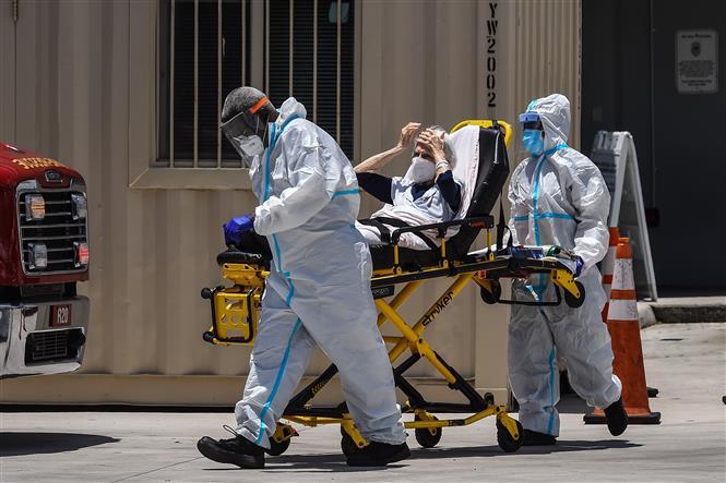 Nhân viên y tế chuyển bệnh nhân mắc COVID-19 vào một bệnh viện ở Miami, Mỹ ngày 30-7-2020. Ảnh: AFP/TTXVN