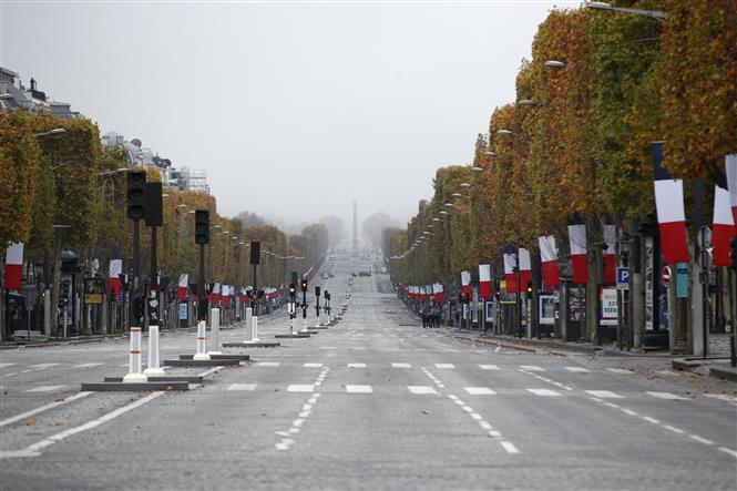 Cảnh vắng vẻ tại một tuyến phố ở Paris, Pháp trong bối cảnh các biện pháp hạn chế được áp dụng nhằm ngăn chặn sự lây lan của dịch COVID-19 ngày 11-11-2020. Ảnh: AFP/TTXVN