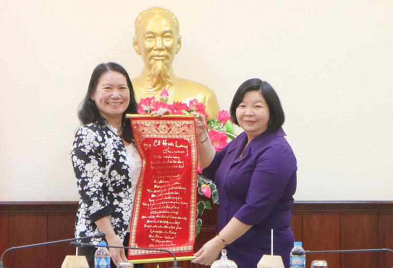 Lãnh đạo 2 tỉnh trao quà lưu niệm nhân chuyến làm việc.