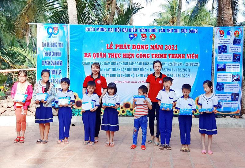 Tặng quà cho các em học sinh có hoàn cảnh khó khăn.