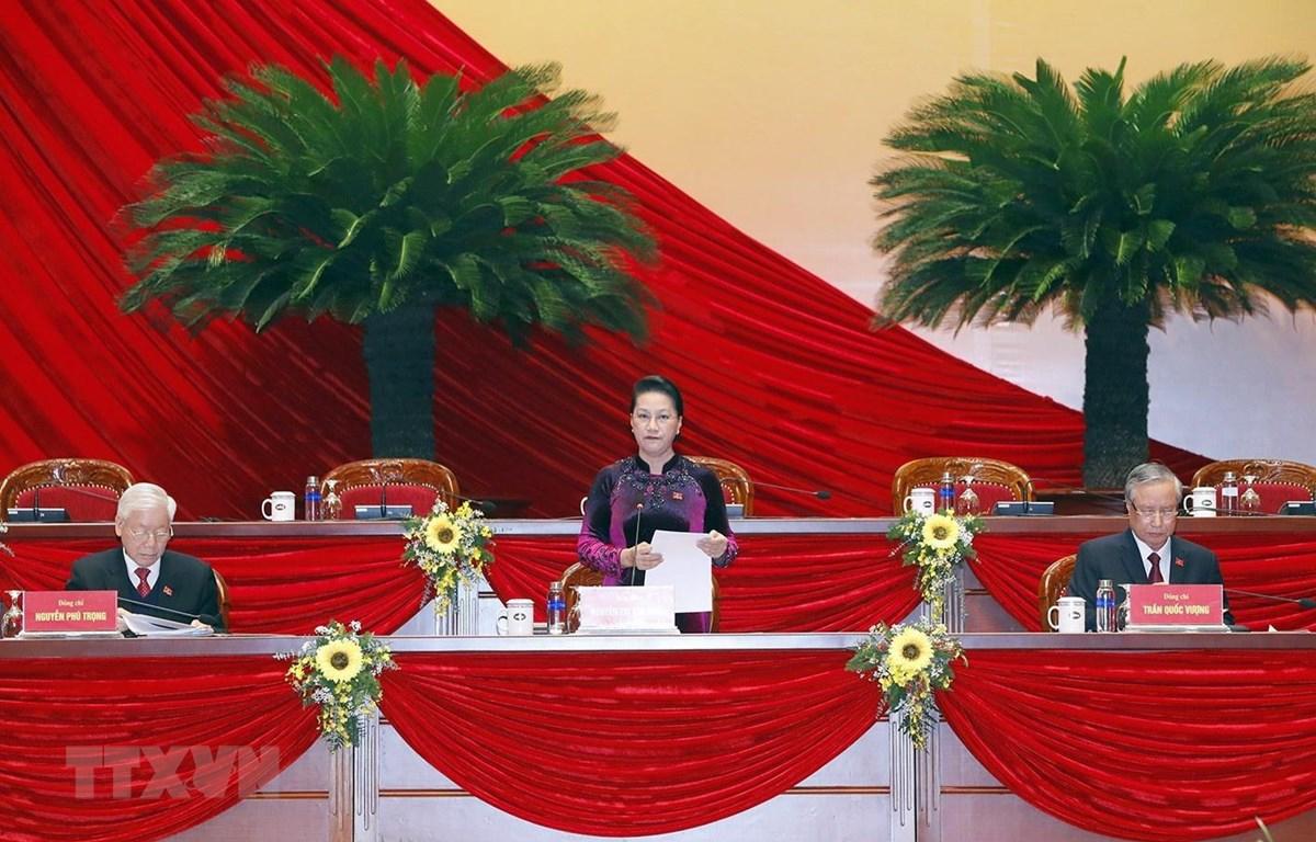 Ủy viên Bộ Chính trị, Chủ tịch Quốc hội Nguyễn Thị Kim Ngân giới thiệu danh sách Đoàn Chủ tịch, Đoàn Thư ký, Ban Thẩm tra tư cách đại biểu để đề nghị Đại hội thông qua. Ảnh: TTXVN