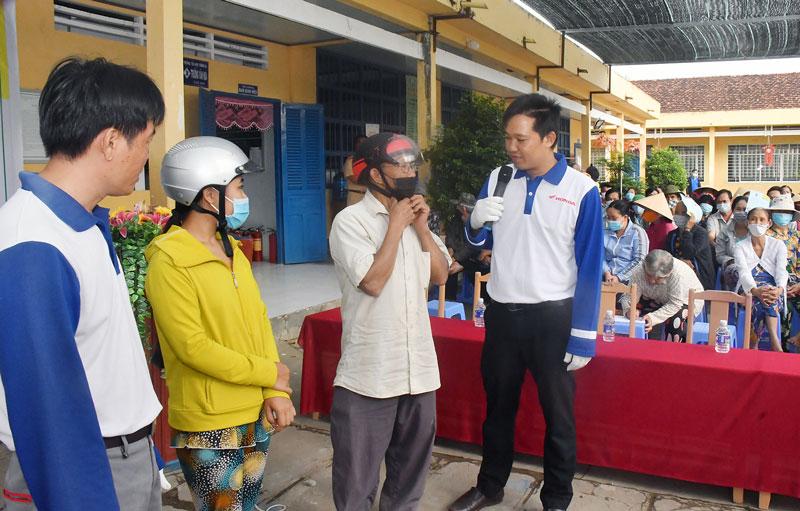 Hướng dẫn kỹ thuật đội mũ bảo hiểm an toàn cho người dân.
