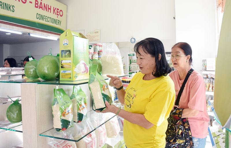 Người tiêu dùng mua sắm Tết tại Siêu thị Dừa.