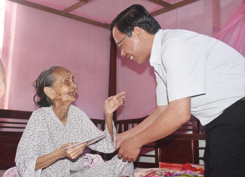 Bí thư Tỉnh ủy Phan Văn Mãi thăm gia đình chính sách ở huyện Mỏ Cày Nam. Ảnh: C.Trúc