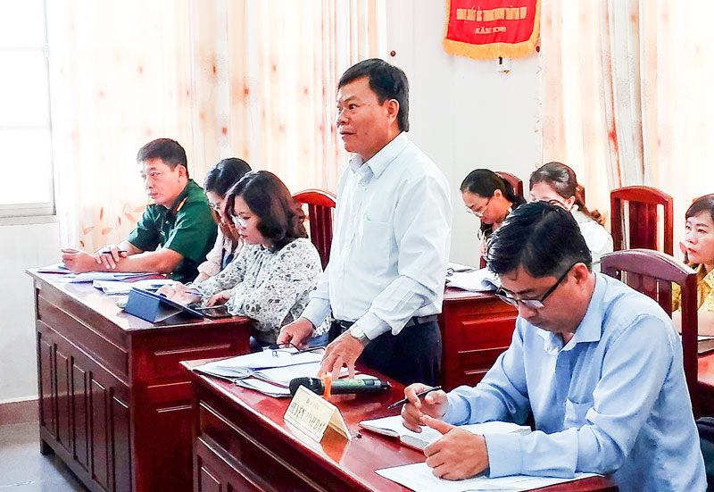 Đại biểu huyện Bình Đại tham gia thảo luận tại hội nghị.