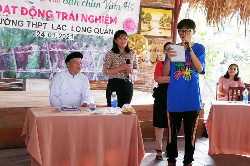 Học sinh trường THPT Lạc Long Quân thực hành Nói thơ Vân Tiên. Ảnh: Phạm Luân
