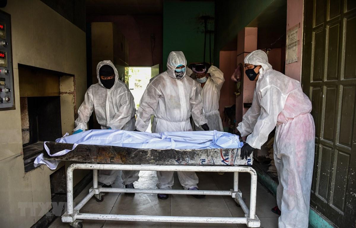 Chuyển bệnh nhân tử vong do COVId-19 tới nhà xác bệnh viện ở Manila, Philippines. (Ảnh: AFP/TTXVN)
