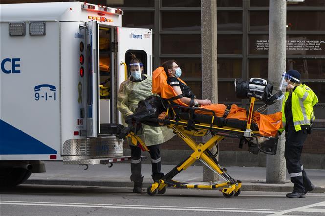 Chuyển bệnh nhân COVID-19 tới bệnh viện ở Toronto, Canada, ngày 25-1-2021. Ảnh: THX/ TTXVN